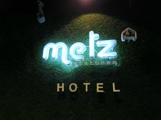 Metz Pratunam: metz hotel entrance signage
