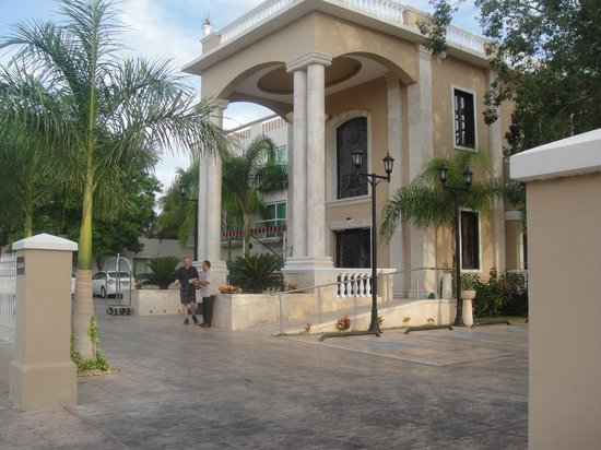 Wyndham Merida: Front of the Hotel.