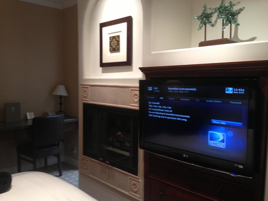 Hotel Vista Del Mar: Fireplace and flat screen TV.