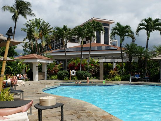 Maui Coast Hotel: View from poolside restaurant over pool towards hotel