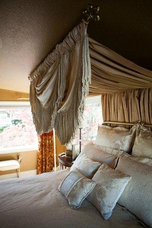 Beecher Hill House: Queen Marie Suite