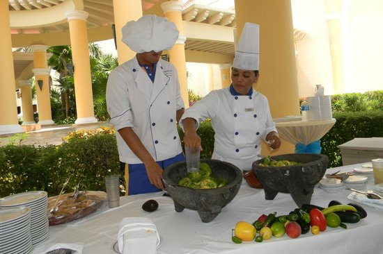 Iberostar Grand Hotel Paraiso: Poolside class on how to make guacamole