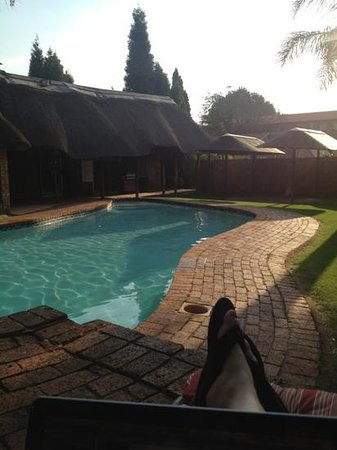 Aero Guest Lodge: relaxing poolside with sun