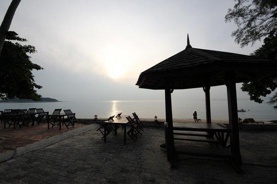 The Lipa Lovely Beach Resort: vue sur le coucher de soleil sur la terasse