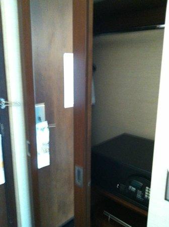Radisson Hotel Menomonee Falls: closet