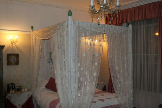 Churchill Guest House: The four-poster room