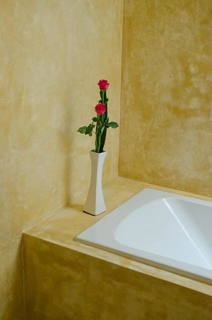 Koh Chang Paradise Resort & Spa: Fresh roses in the bathroom