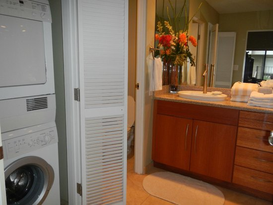 The Kapalua Villas, Maui: Bathroom in twin room with washer, wc, double sinks