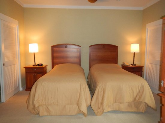 The Kapalua Villas, Maui: twin beds in room with double closets