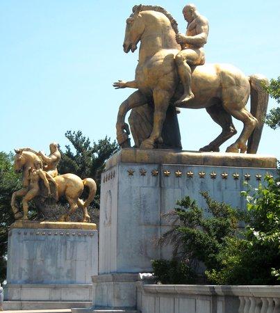 Jia's Memorial Arch