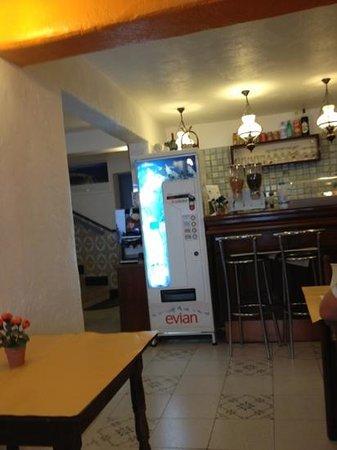 Les Palmiers : pti bar dans la salle du pti dej
