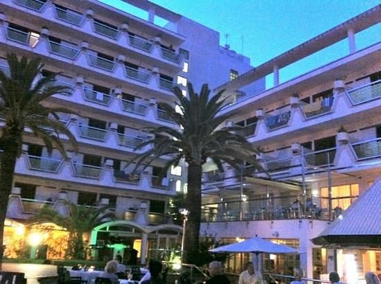 Hotel Cristóbal Colón: hotel from pool