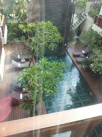 Sense Hotel Seminyak: zwembad vanuit de kamer gefotografeerd
