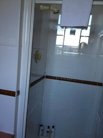 The Ballantrae Hotel: Bathroom - only a shower, and nowhere near the standard indicated on booking websites