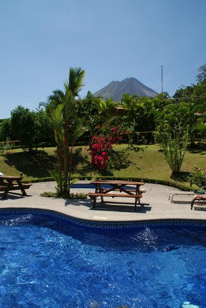 Arenal Volcano Inn: Blick vom Pool auf Vulcan Arenal