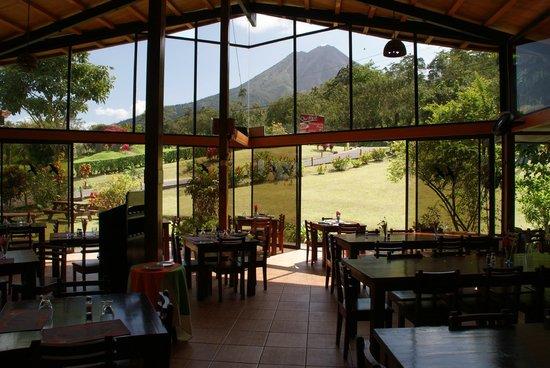 Arenal Volcano Inn: Restaurant mit Blick auf Vulcan Arenal