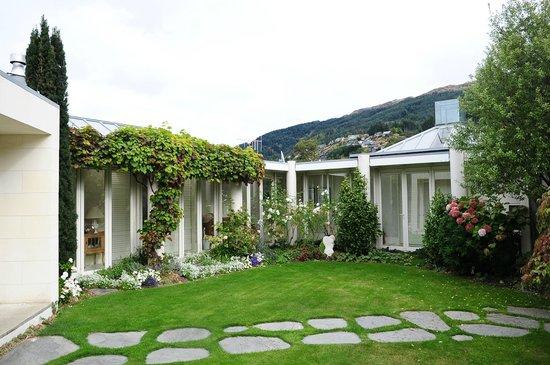 Twin Peaks Bed and Breakfast,: Beautiful garden