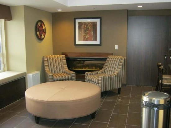 Microtel Inn & Suites by Wyndham Timmins : Reception with meeting room behind.