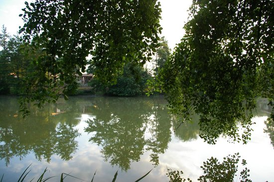 Camping les Lacs de Courtes : Grand lac pendant une promenade matinale