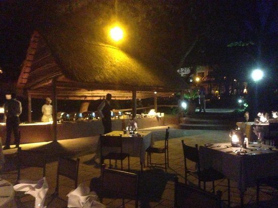 Chobe Marina Lodge: Barbecue dinner on the deck, so romantic!