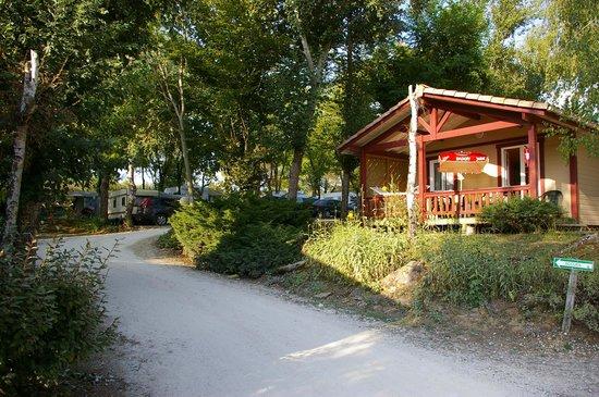 Camping Les Lacs de Courtes: Un chalet en location