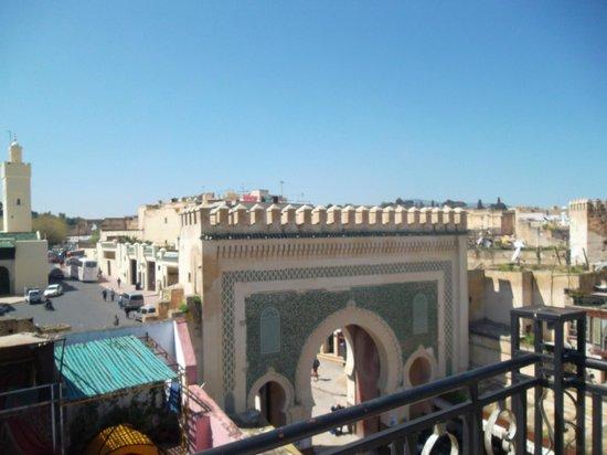 Hotel Cascade: Vue de la porte Bab Bou Jeloud (de la terrasse)