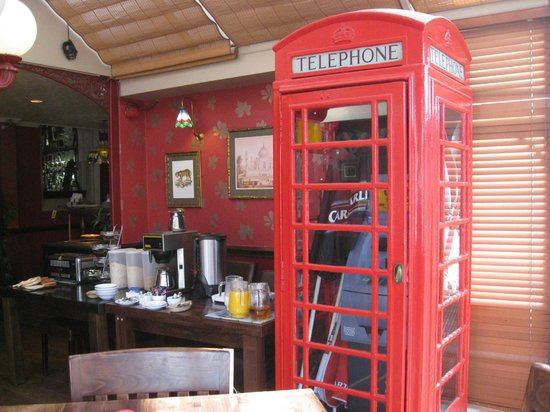 Grand Victorian Hotel: Breakfast Buffet by Phone Box.