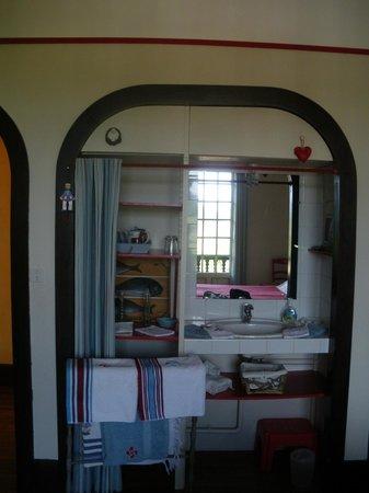 petite salle d 39 eau dans la chambre picture of villa la croix basque ciboure tripadvisor. Black Bedroom Furniture Sets. Home Design Ideas