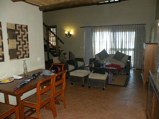 """Chobe Marina Lodge: """"Wohnzimmer mit 5m Höhe"""""""