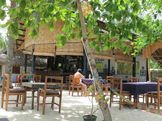 Evolution Diving Resort: restaurant and bar