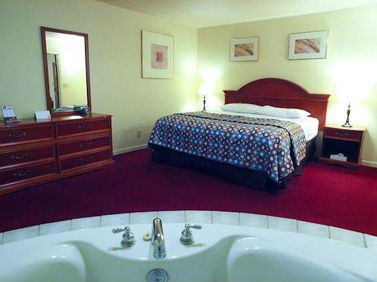 Econo Lodge : King Whirlpool Suite