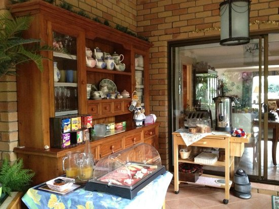 Mountain Sanctuary B&B: Fresh German muesli, fresh fruit, cheese kransky, fresh juices, meat from the Russian butcher, e