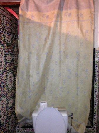 Riad Jddi: Bathroom curtains