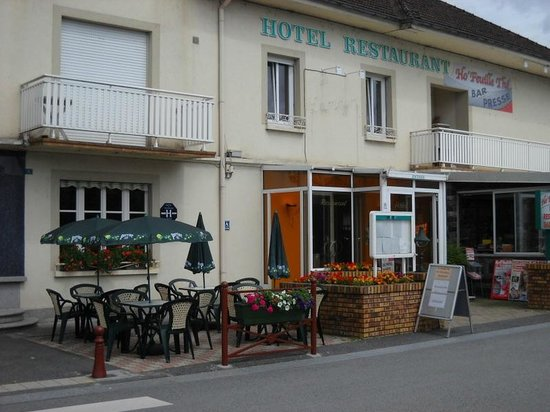 Ho' Feuille The: entrée de l'hôtel et terrasse du bar