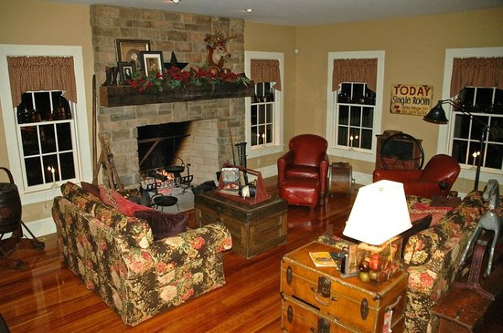 The Whimsical Pig Bed and Breakfast at Wolf Creek: Family Room