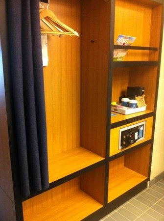 Aloft Leawood - Overland Park: cloth storage