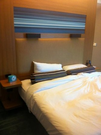 Aloft Leawood - Overland Park: bed with a nice old fashioned clock