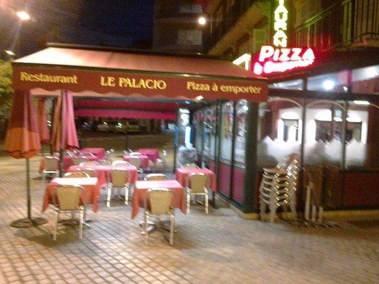 Le Palacio : l'ingresso coi tavoli all'aperto
