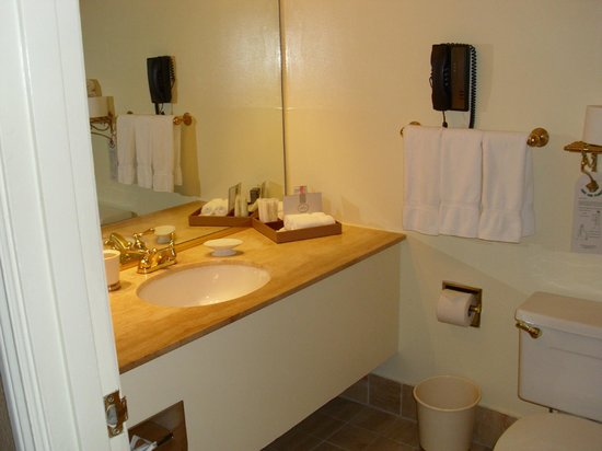 The Kensington Park Hotel: Bathroom in our room