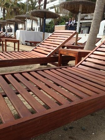 Gran Melia Don Pepe: empty loungers by the beach that hotel clients need to pay for