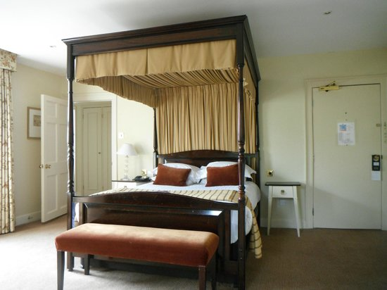 Hatherley Manor: Grand four poster.