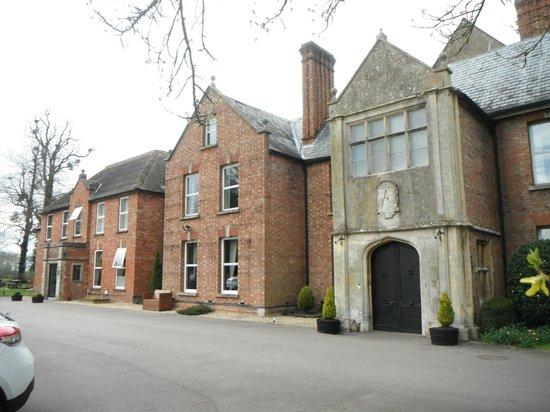 Hatherley Manor: Hotel approach.