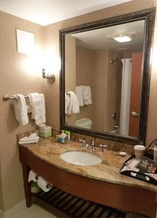 Crowne Plaza Hotel Brussels Airport: Acceptable size bathroom with deluxe touches