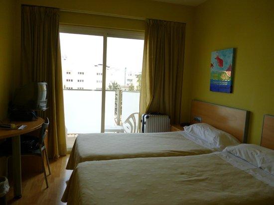 Hotel Sercotel Zurbaran: habitación con balcón a la calle