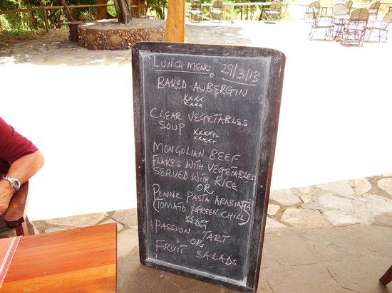 Oloshaiki Camp: Das Mittags- wie auch das Abendmenue auf der Tafel