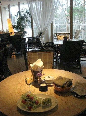 SPA VILNIUS Druskininkai: Заказала самый простой салатик в СПА баре, его подали с таким вкусным соусом!