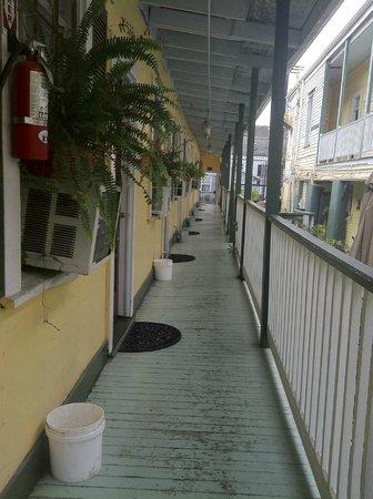 Olde Town Inn: Walkway