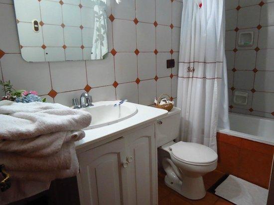 Posada del Puruay: Baño de nuestra habitación.