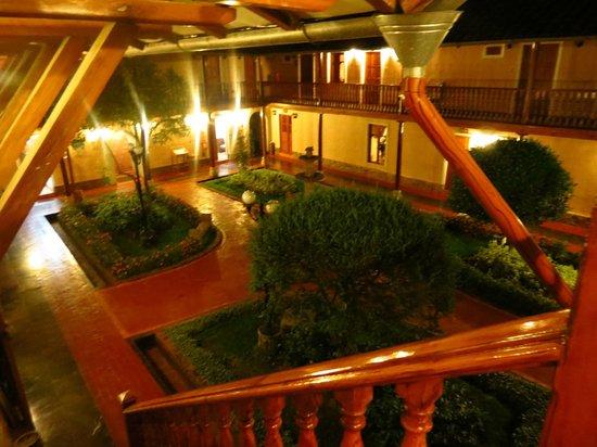 Posada del Puruay: El patio de noche.