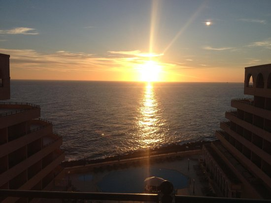 Radisson Blu Resort, Malta St Julian's: Sunrise over the pooll